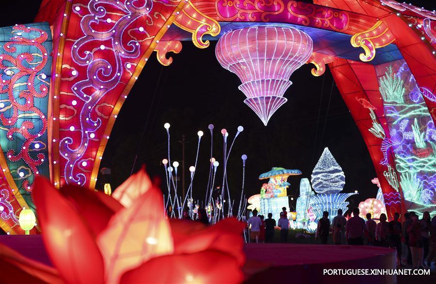 (晚报)(3)云南:夏日纳凉 湖畔赏灯