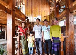 Grupo étnico Bulang em Yunnan ganha novas casas sob política de alívio da pobreza
