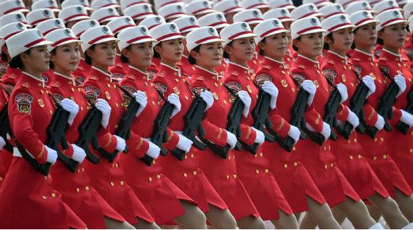 Milícia de mulheres participa do desfile do Dia Nacional da China