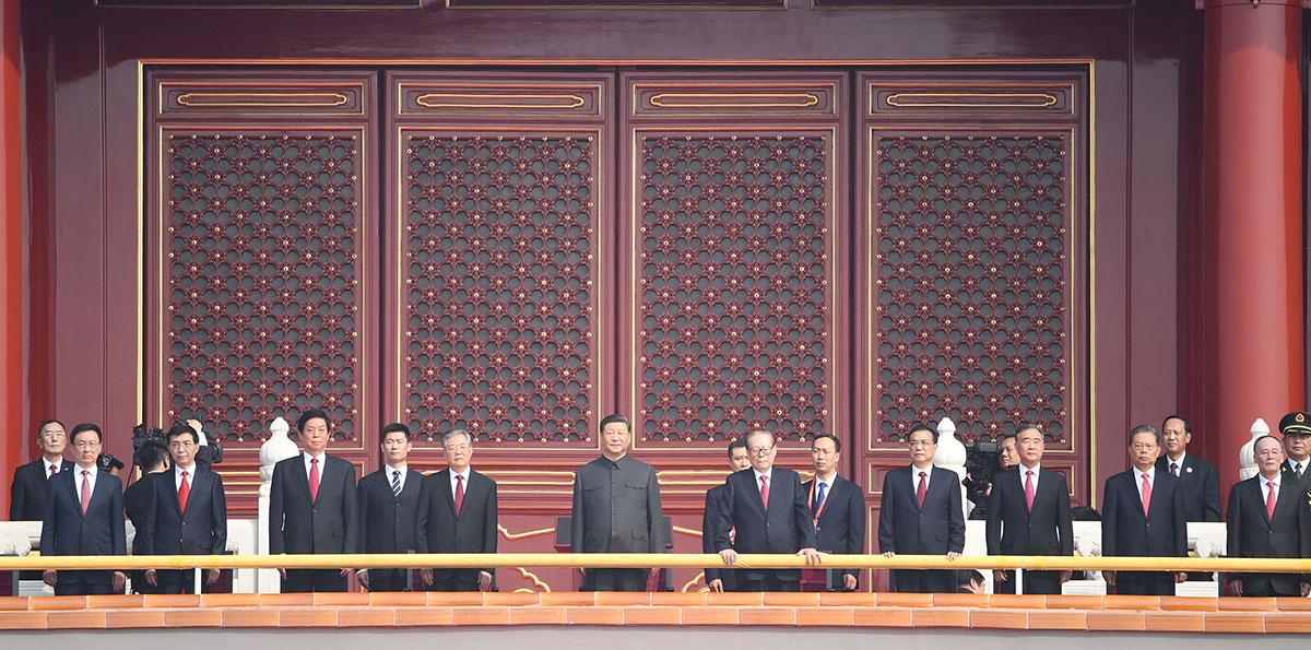 Xi sobe à Tribuna de Tian'anmen para participar das celebrações do Dia Nacional