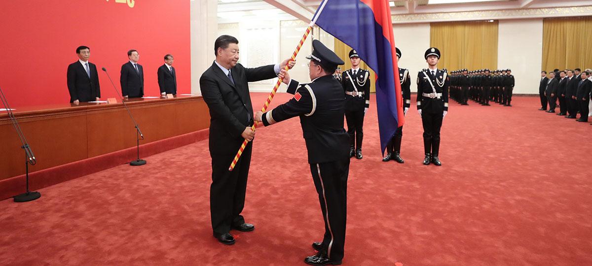 Xi confere bandeira à força policial