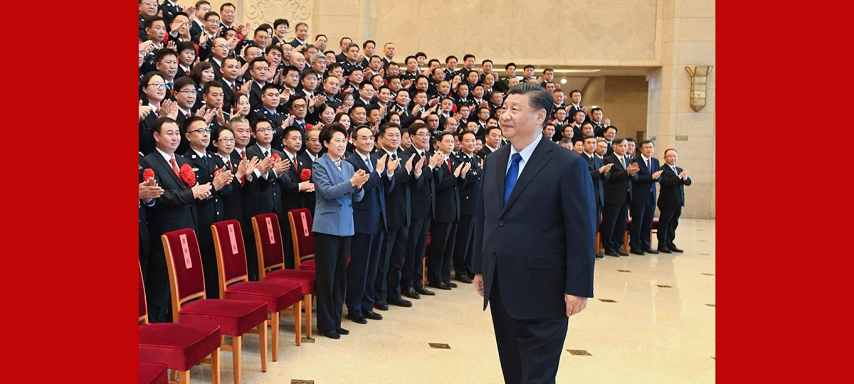 Xi se reúne com lutadores-modelo contra crime