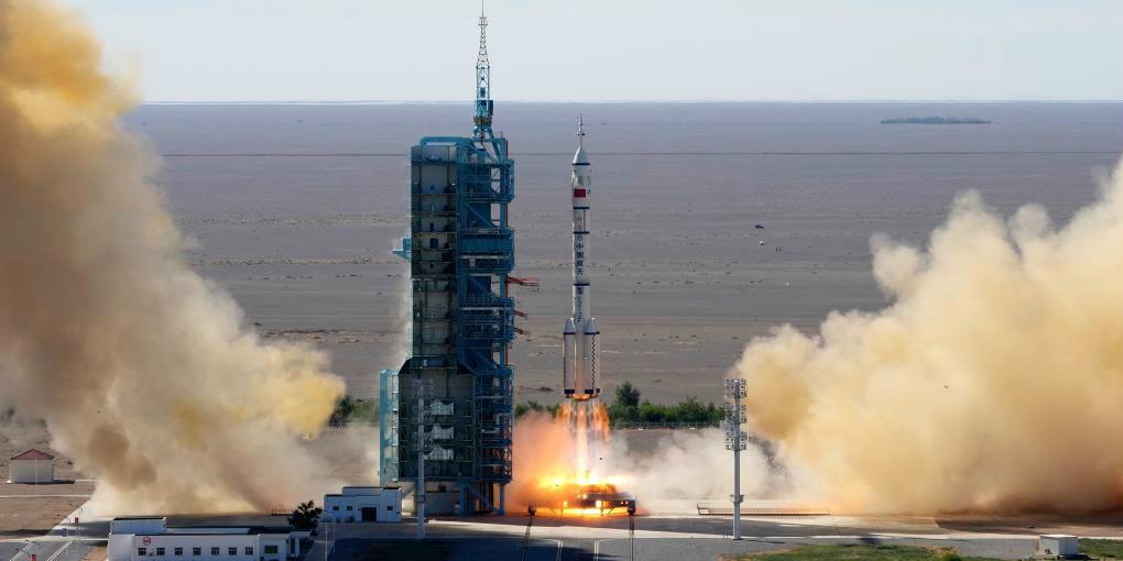 China lança primeira missão tripulada para construção de estação espacial