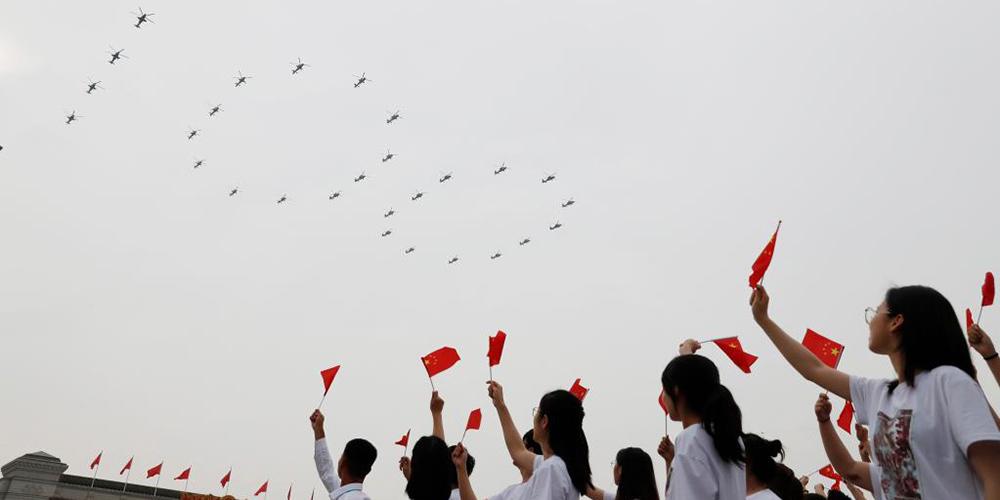 Aeronaves militares sobrevoam Praça Tian'anmen em escalões para celebrar centenário do PCC