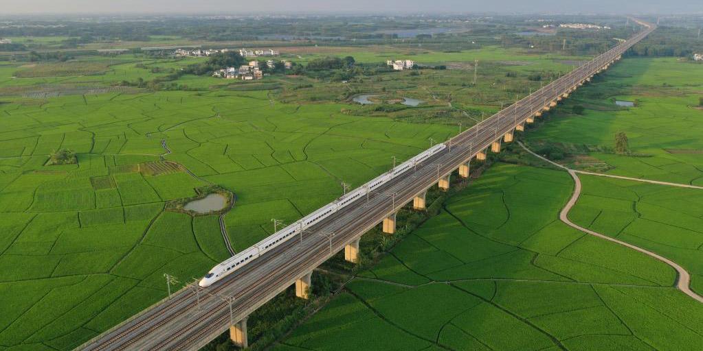 Trem-bala passa por arrozais na Vila de Gula, em Guangxi