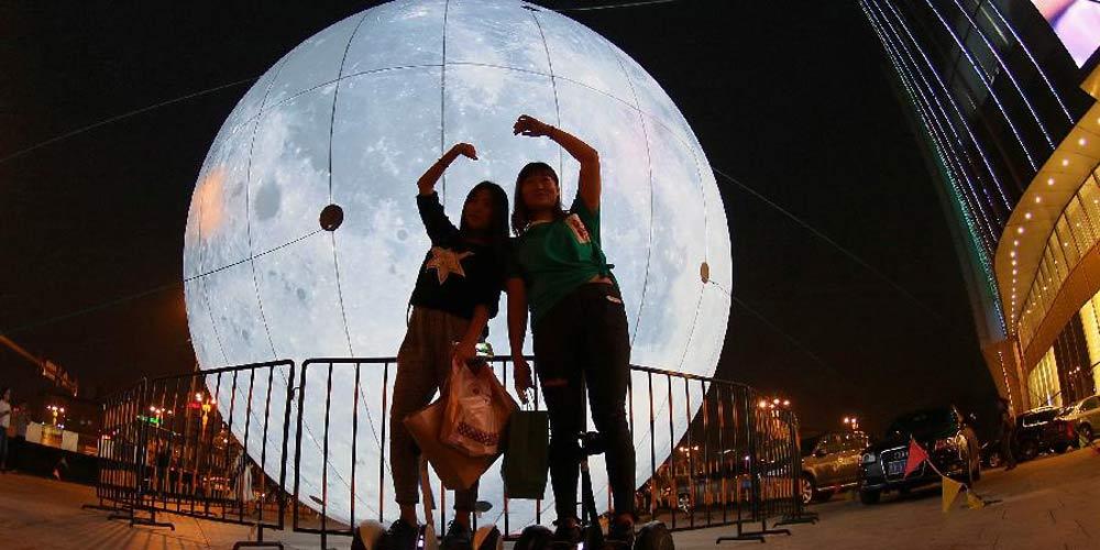 Lua artificial erigida numa cidade chinesa para receber o Festival da Lua