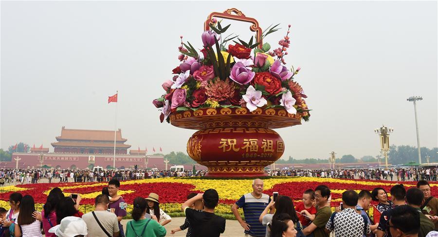 Canteiros de flores na Praça de Tian'anmen instalados para o Dia Nacional da China