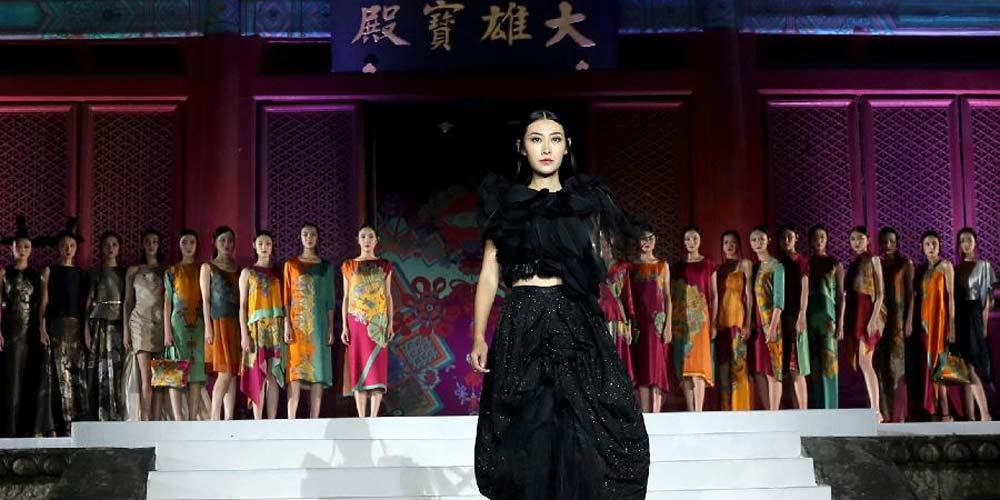 Modelos apresentam criações da Designer Wu Haiyan no templo de Fahai