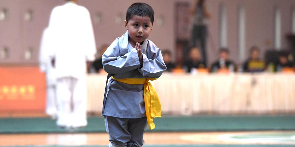 Praticante de Kung Fu de 3 anos apresenta-se no festival de artes marcais
