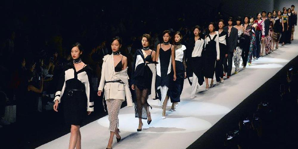 Modelos apresentam peças do estilista Li Hailiang durante a Semana de Moda de Shanghai