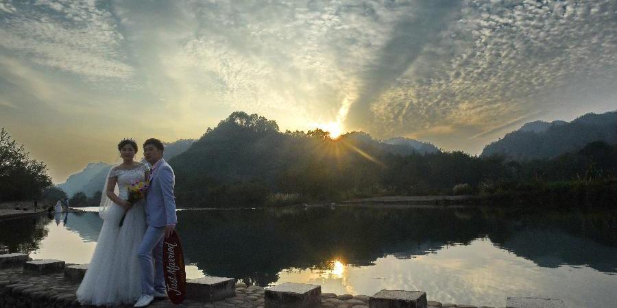 Bela paisagem do pôr do sol na montanha Wuyi