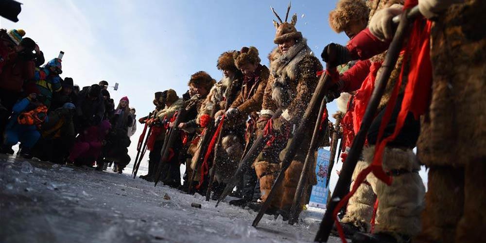 Pessoas realizam rituais folclóricos durante coleta de gelo no rio Songhuajiang, no nordeste da China
