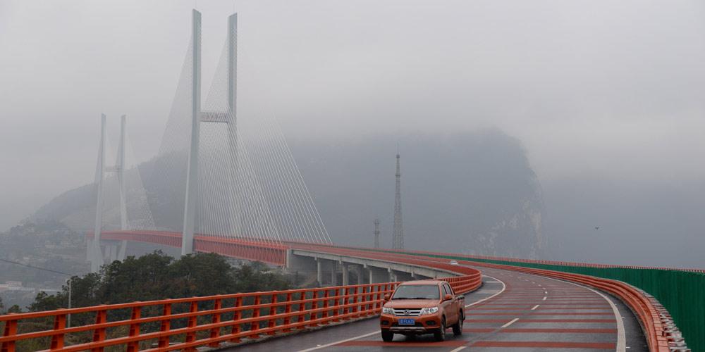 Ponte Beipanjiang de 1.341,4 metros de comprimento é aberta ao tráfego no sudoeste da China