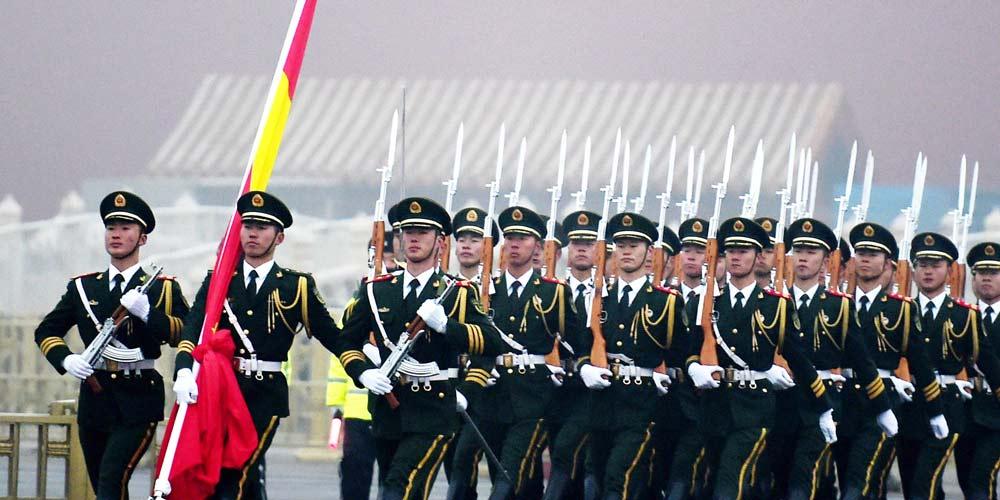 Milhares de pessoas participam da cerimônia de hasteamento da bandeira nacional para saudar o Ano Novo