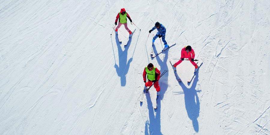 Pessoas se divertem esquiando na província de Gansu