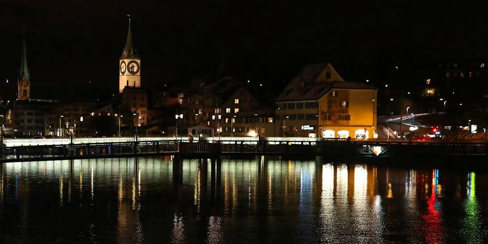 Cenário noturno das ruas em Zurique, Suíça