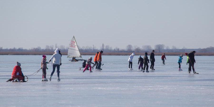 Pessoas se divertem no lago Velence congelado na Hungria