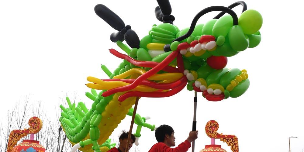 Pessoas apresentam dança do dragão em Wuhan