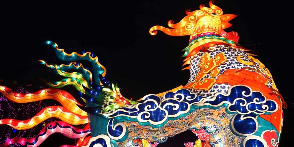 Turistas visitam feira das lanternas em Kaifeng, no centro da China