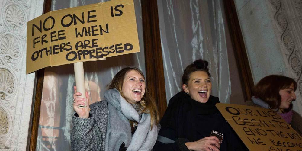 Pessoas protestam contra proibição de entrada dos refugiados de Trump em Londres
