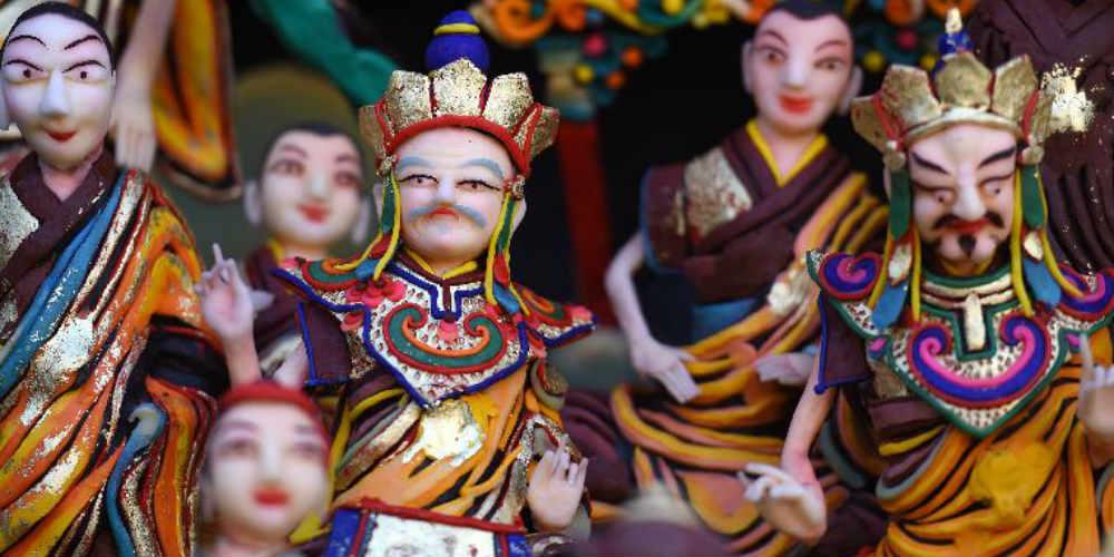 Estátuas feitas de manteiga são exibidas no estante de exposição do Mosteiro de Taer em Qinghai