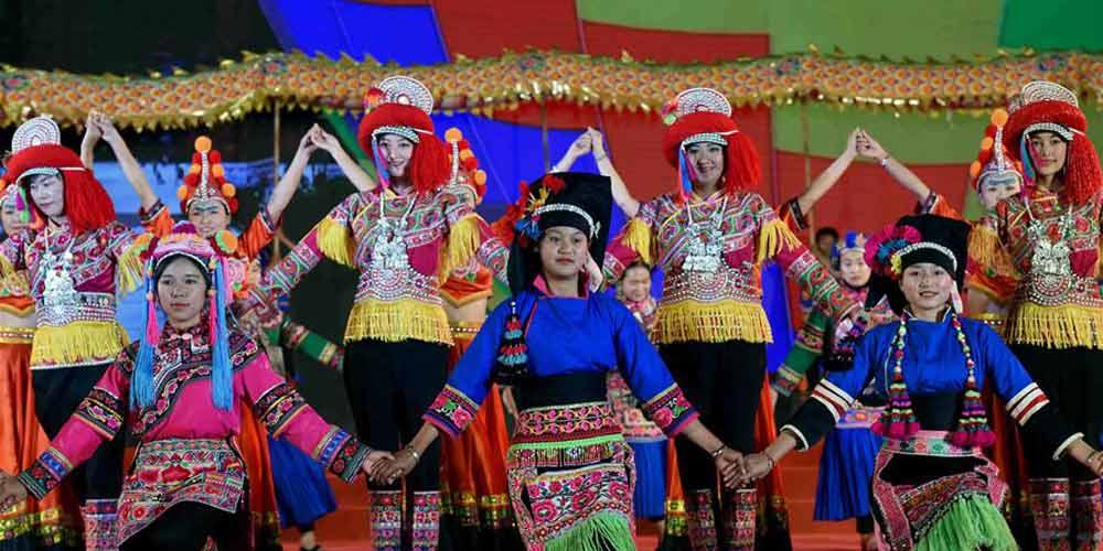 Desfile de moda de trajes da etnia Yi é realizado em Yunnan no sudoeste da China