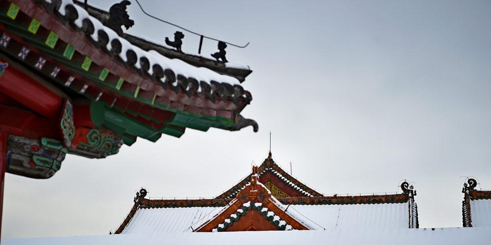 Turistas apreciam a paisagem nevada do Palácio Imperial de Shenyang no nordeste da China