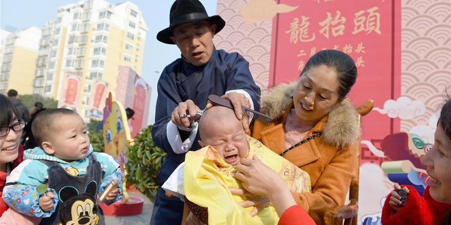 """Chineses celebram o festival """"Er Yue Er"""" com cortes de cabelo"""