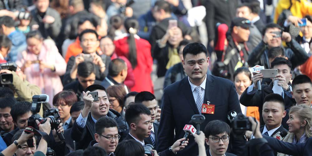 Yao Ming, um membro da CCPPC, é entrevistado em Beijing