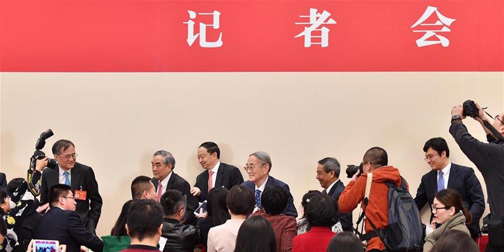Membros da CCPPC participam de conferência de imprensa sobre a promoção do crescimento econômico
