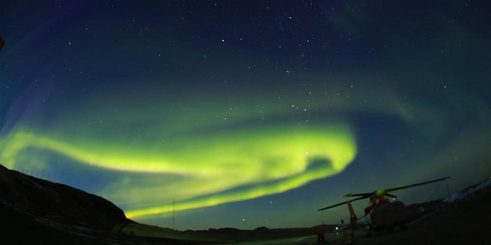Paisagem da aurora austral no céu sobre a Estação Antártica de Zhongshan