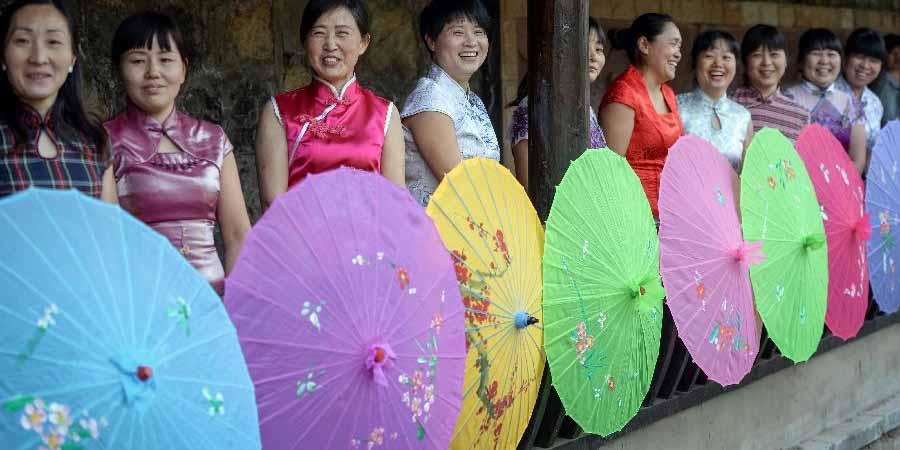 Mulheres apresentam Qipao em Anhui no leste da China