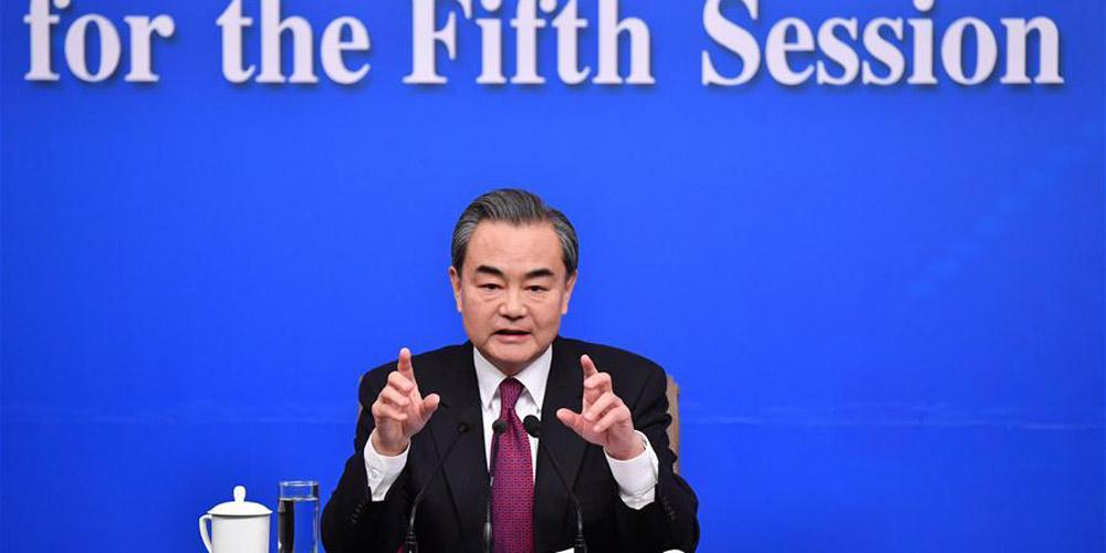Ministro das Relações Exteriores da China se reúne com a imprensa