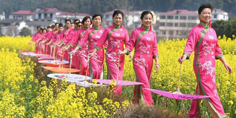 Mulheres apresentam Qipao em Nanchang, leste da China