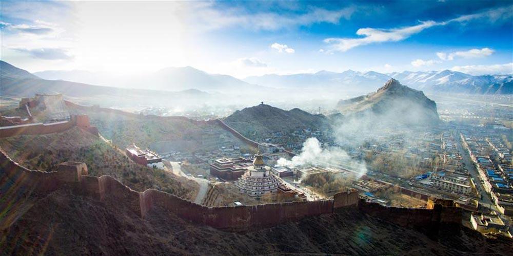 Pessoas oram por prosperidade e boa colheita em culto tradicional no Tibet