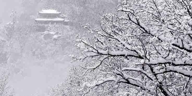 Neve cobre paisagem da Montanha Kongtong em Gansu, noroeste da China