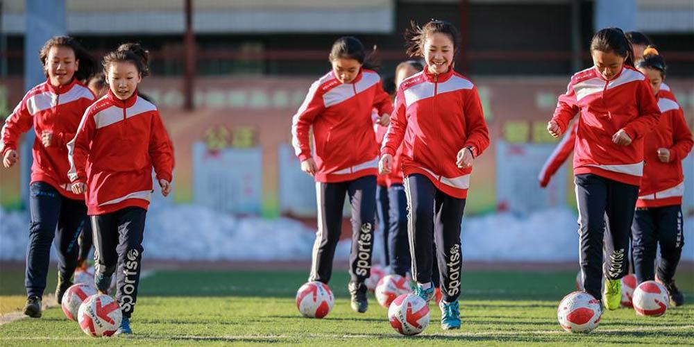 Alunas de escola primária participam de treino de futebol em Hohhot