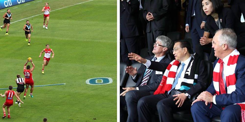 Li e Turnbull assistem partida de futebol australiano