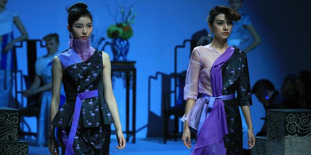 Estilistas apresentam suas coleções durante a Semana de Moda em Beijing