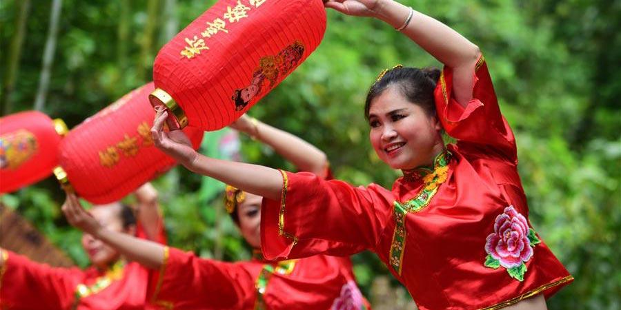 Grupos étnicos do sul da China celebram a chegada do Festival Sanyuesan