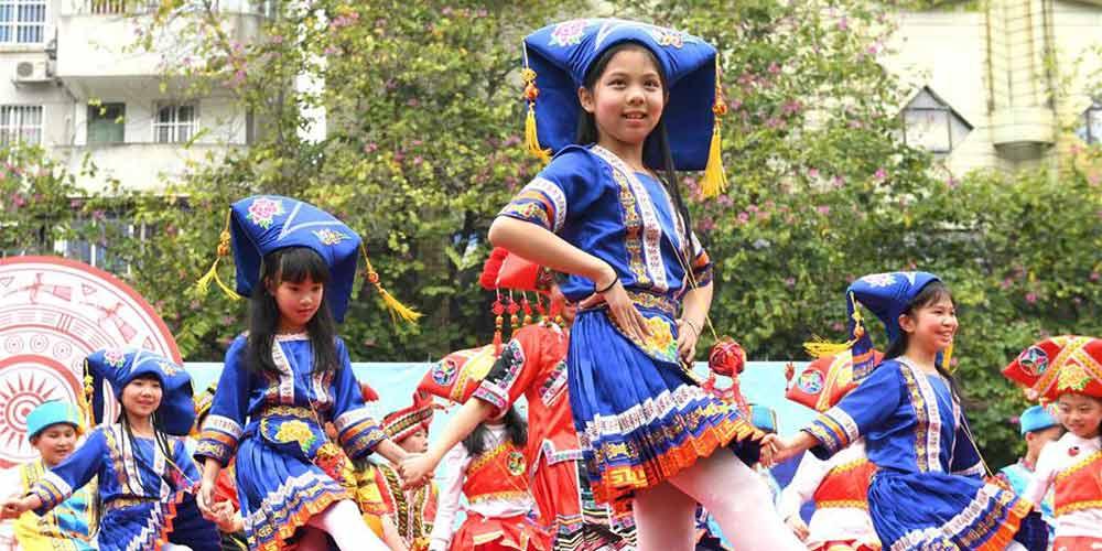 """Estudantes de ensino primário celebram o """"Festival Sanyuesan"""" no sul da China"""