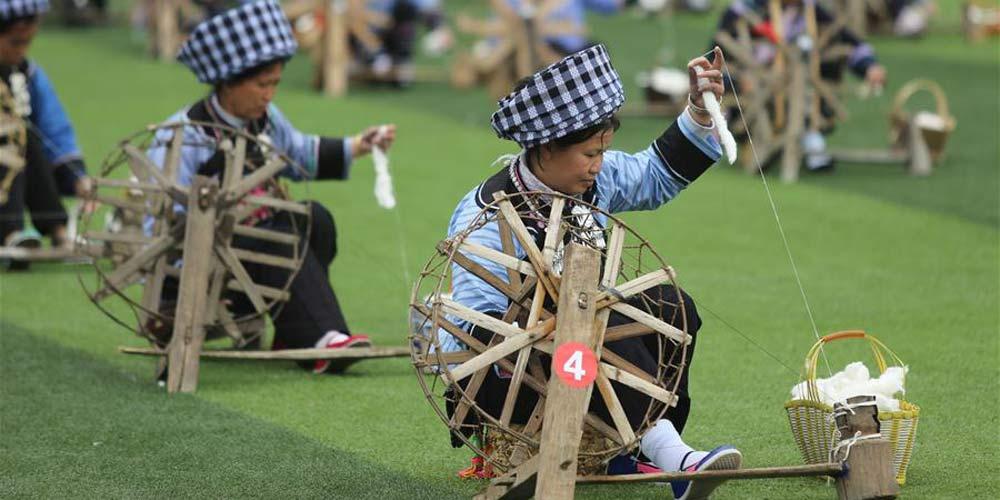 Tecelãs da etnia Buyi quebram Recorde Mundial do Guinness
