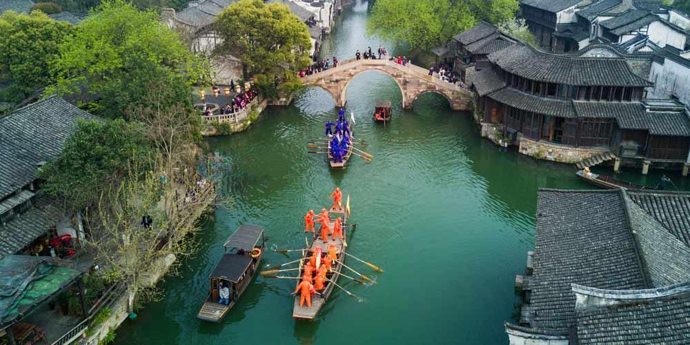Competição de barco em Hangzhou celebra o Festival Sanyuesan