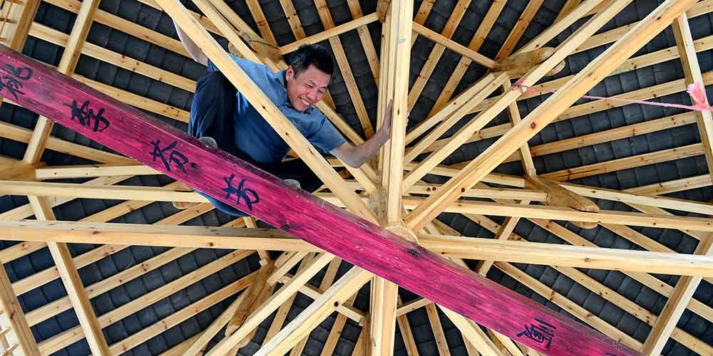 Em imagens: Herdeiro das técnicas de carpintaria das construções em madeira da etnia Dong
