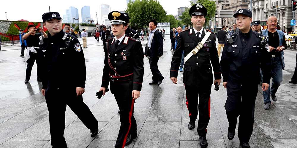 Agentes policiais chineses e italianos realizam patrulha conjunta em Shanghai