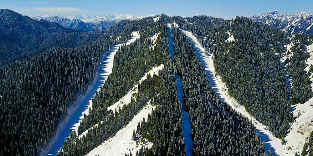 Cenário de neve das montanhas Tianshan em Xinjiang no noroeste da China