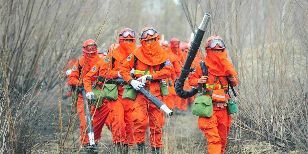 Cerca de 5.000 bombeiros combatem incêndio florestal na Mongólia Interior