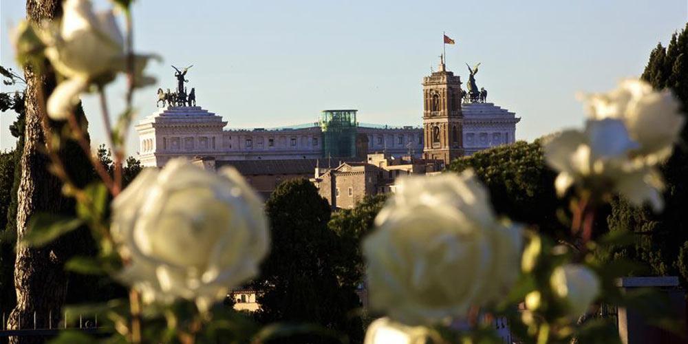 Jardim de Rosas de Roma: Variedade de rosas cercadas por monumentos históricos