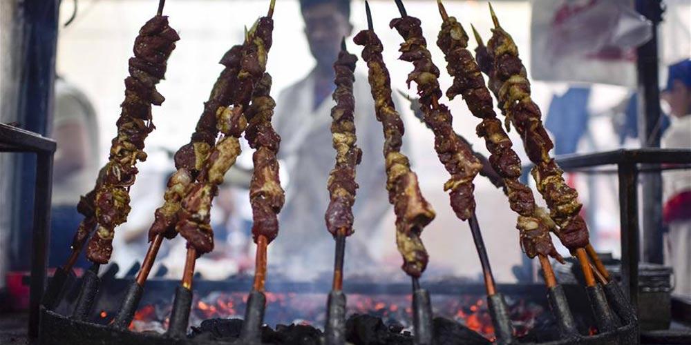 Em imagens: Mercado noturno em Xinjiang no noroeste da China