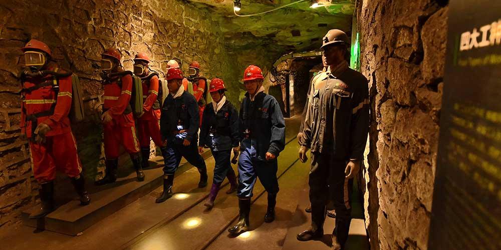 Turistas conhecem experiência de mineração de carvão no norte da China